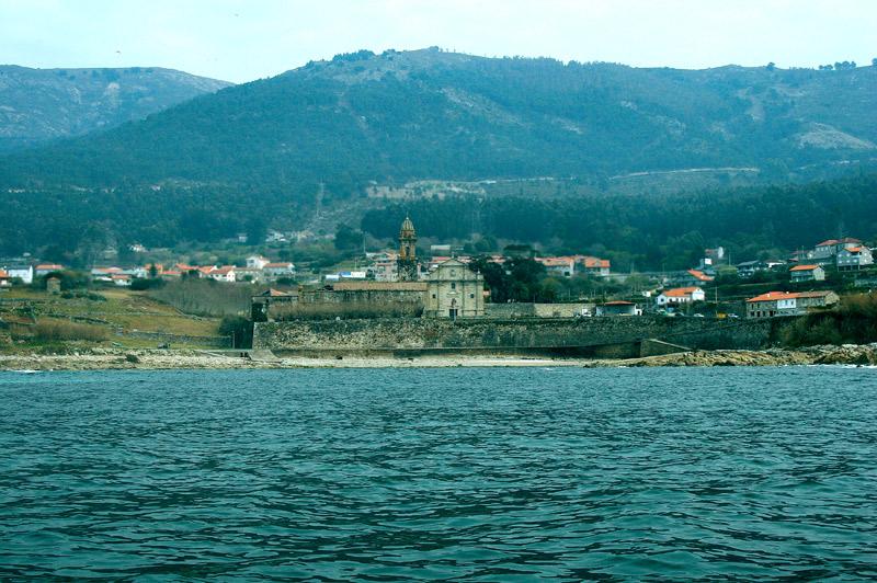 Monasterio de Santa María de Oia desde la mar